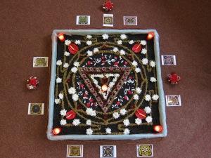 Yantra vie a lui Shakti înconjurată de pozele yantrelor vii ale celor Zece Mari Înţelepciuni